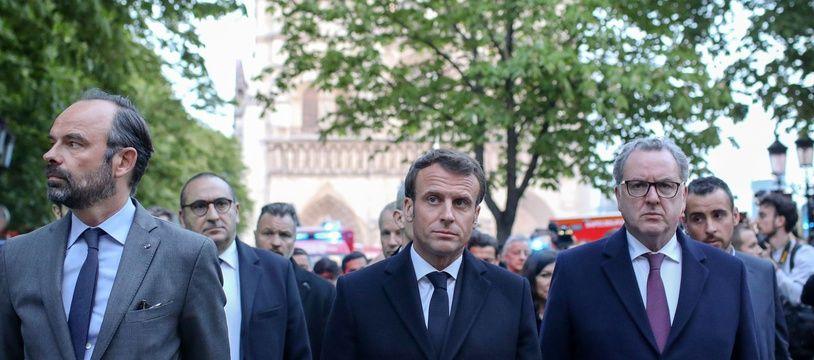 Emmanuel Macron en visite sur le parvis de Notre Dame après l'incendie le 15 avril 2019.