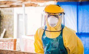 Un professionnel de santé en tenue protectrice dans un centre de traitement du virus Ebola à Freetown, en Sierra Leone, le 16 octobre 2014.