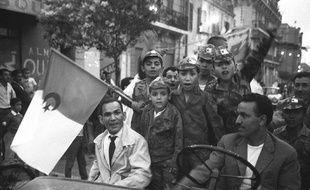 Les Algériens célèbrent leur indépendance à Oran, en 1962.