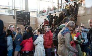 Passagers en gare de Calais-Fréthun après le blocage d'un Eurostar le 2 septembre 2015.