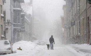 Un homme traverse la vieille ville de Québec, le 3 décembre 2007. Une tempête de neige venue du Colorado traverse actuellement le Canada.