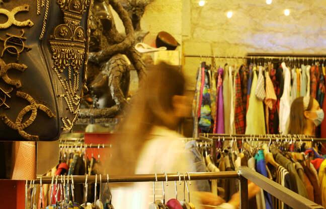 Une cliente dans le magasin Free'p'star, rue de la Verrerie, 4e arrondissement de Paris