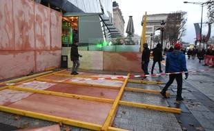 Des manifestants, certains vêtus de «gilets jaunes», ont tenté samedi 8 décembre 2018 d'incendier la façade du Drugstore Publicis situé en haut des Champs-Elysées à Paris.
