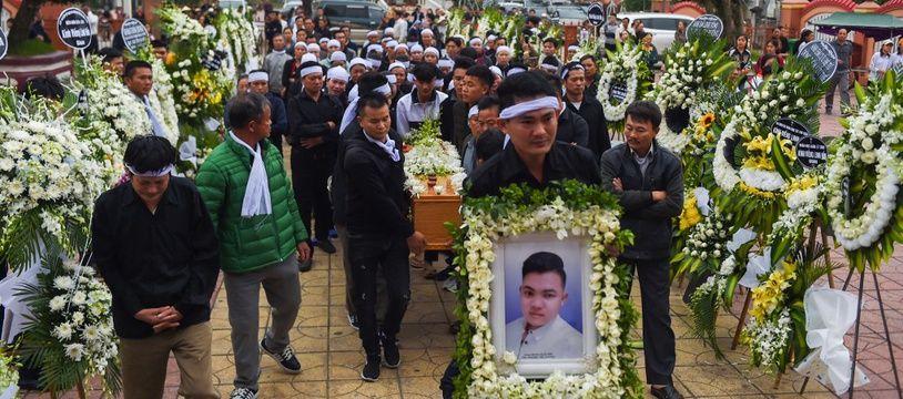 Les familles des migrants retrouvés morts dans un camion frigorifique près de Londres, rapatriés cette semaine au Vietnam, ont commencé jeudi à enterrer leurs proches.