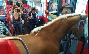 En Autriche, Un passager est monté à bord d'un train autrichien accompagné d'un cheval.
