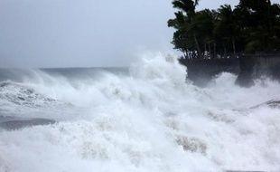 Une plage de Saint-Denis de la Réunion balayée par le vent le 1er janvier 2014