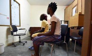 Princesse, 17 ans, et sa cousine de 15 ans Grace, handicapée moteur, toutes deux victimes de viols, dans les locaux d'une association d'aide aux victimes à Abidjan le 2 décembre 2014