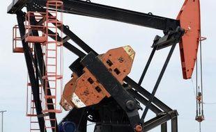 Un derrick sur un puits de pétrole en Argentine