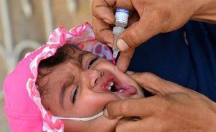Un enfant se fait administrer un vaccin, le 20 mai 2014.