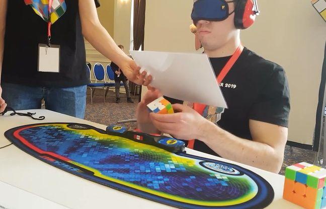 VIDEO. Compétition de Rubik's Cube: Il résout un casse-tête les yeux bandés