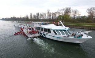 Le bateau de croisière a demandé l'intervention des pompiers pour évacuer les 148 passagers du navire.