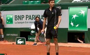 Gilles Simon lors de son match contre Nicolas Mahut à Roland-Garros, le 29 mai 2015.
