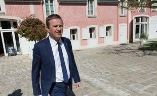 Nicolas Dupont-Aignan faisait visiter Yerres, sa commune, à la presse le 12 avril 2017.