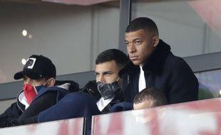 Mbappé a assisté à la victoire face à Lens dans les tribunes du Parc des Princes.