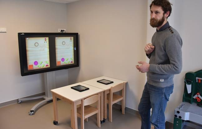 Gaël, docteur en psychologie aide les enfants avec autisme à interagir et s'entraider grâce à un tableau numérique.