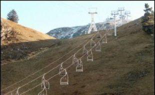 Les stations de sports d'hiver des Alpes françaises ont rarement eu aussi chaud durant un automne et manquent cruellement de neige en ce début décembre mais elles gardent leur sang-froid et attendent des jours meilleurs d'ici aux juteuses vacances de fin d'année.
