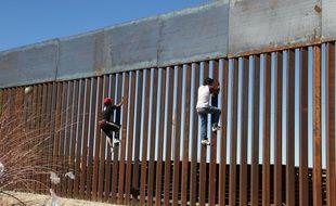 Des enfants s'amusent à escalader la clôture à la frontière mexicano-américaine à Ciudad Juarez, le 26 janvier 2017.