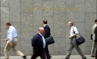 La City de Londres, temple de la finance européenne, risque de subir des dommages collatéraux de la tourmente qui a secoué les marchés et qui pourrait affecter les revenus des employés du secteur, voire menacer l'emploi et l'immobilier.