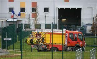 Un camion de pompiers devant le centre pénitentiaire de Condé-sur-Sarthe, le 5 mars 2019.