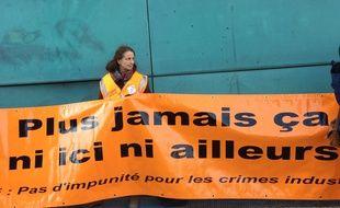 Les associations de victimes d'AZF ont symboliquement déplié leurs banderoles devant le centre de retransmission du procès.
