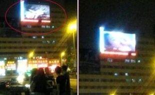 Capture d'écran du film diffusé près de la gare de Jilin.