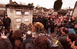 Une foule se rassemble pour déposer des fleurs au caveau familial où le président François Mitterrand a été enterré, le 11 janvier 1996 à Jarnac.