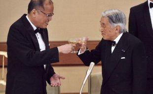 Le président philippin Benigno Aquino III (G) et l'empereur Akihito du Japon portent un toast pendant un dîner d'Etat organisé au Palais de Tokyo, le 3 juin 2015