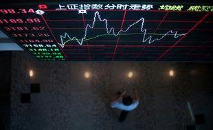 Un tableau des mouvements des indices boursiers à Shanghai, le 22 septembre 2015