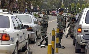 Des policiers dans une rue de Manille le 14 novembre 2007