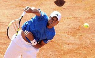 Jo-Wilfried Tsonga contre John Isner en Coupe Davis le 8 avril 2012 à Monaco.