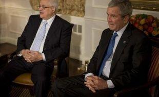 """Lundi, le président George W. Bush a assuré M. Abbas qu'il """"soutient fortement la création d'un Etat palestinien"""". """"J'ai dit au président (Abbas) que les Etats-Unis travailleraient aussi dur que possible pour vous aider à réaliser cette vision"""", a-t-il ajouté."""