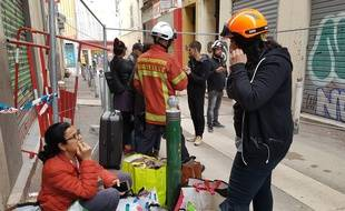 Une mère et sa fille discutent après avoir pu entré dans leur appartement rue Jean-Roque à Marseille
