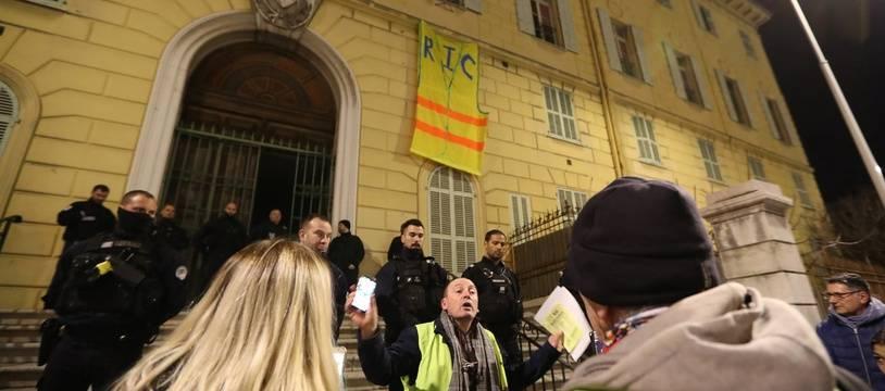 Des «gilets jaunes» occupent un hôpital désaffecté de Nice