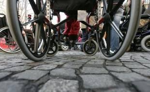Des personnes en fauteuil roulant manifestent à l'appel de neuf associations de handicapés, le 12 décembre 2006 à Paris