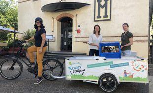 Amel M'Sadek, Hélène Pecoil et Sophie Gimenez collectent les déchets alimentaires des cafés, hôtels et restaurants de Rennes à vélo.
