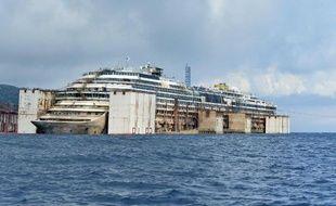L'épave du Costa Concordia, le 21 juillet 2014 sur l'île du Giglio en Italie, à la veille de son remorquage prévue pour Gênes