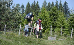 Des randonneurs dans le parc régional des Volcans d'Auvergne.