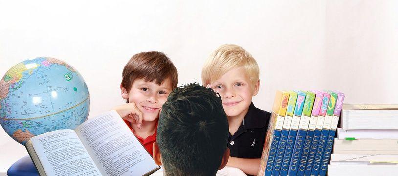 Un père enseignant avec ses enfants