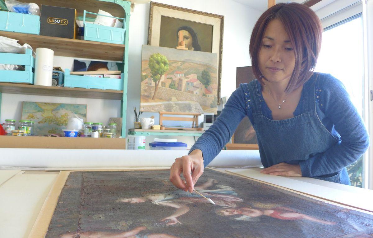 La conservatrice-restauratrice Yuka Iwahana offre une seconde vie aux tableaux.  – M. Frénois / ANP / 20 Minutes