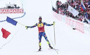 Martin Fourcade lors de sa victoire en poursuite aux Mondiaux de biathlon le 6 mars 2016.