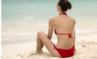 Une femme seule sur la plage.