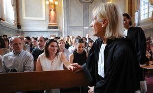 Valerie Lance,la mère d'Alexandre Junca, tient la main de son avocate Pierrette Mazza-Capdevielle. / AFP PHOTO / IROZ GAIZKA