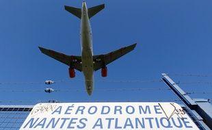 Un avion survole Saint-Aignan-de-Grandlieu pour se poser sur la piste de l'aéroport Nantes-Atlantique.