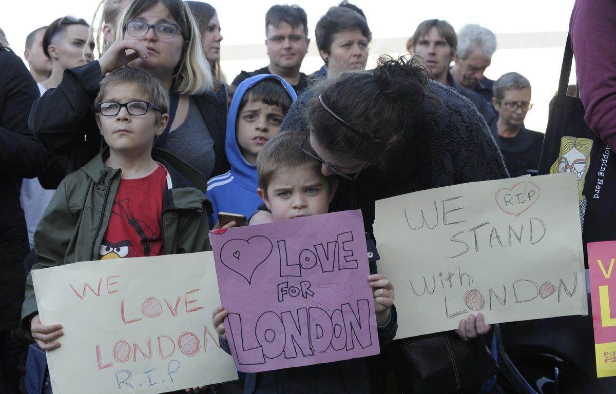 Des pancartes à la mémoire des victimes de l'attentat de Londres lors d'un hommage à Carlisle, dans le nord de l'Angleterre, le 4 juin 2017. – Andy Buchanan / AFP