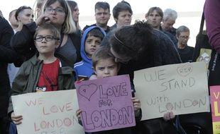 Des pancartes à la mémoire des victimes de l'attentat de Londres lors d'un hommage à Carlisle, dans le nord de l'Angleterre, le 4 juin 2017.