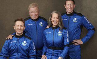 William Shatner (2e à g.), entouré de Chris Boshuizen,  Audrey Powers et Glen de Vries, prêts au décollage de Blue Origin.