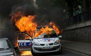 Un véhicule de police incendié le 18 mai 2016 à Paris