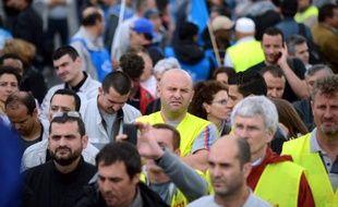 """L'annonce jeudi par PSA d'un plan de suppression de 8000 postes au sein du constructeur automobile, constitue """"une bombe sociale"""" mais également un """"premier test"""" pour le gouvernement Ayrault, selon les éditorialistes de la presse nationale et régionale de vendredi."""