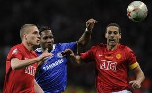 L'attaquant de Chelsea, Didier Drogba (en bleu), cerné par les défenseurs de Manchester United, Nemanja Vidic (à gauche) et Rio Ferdinand, lros de la finale de la Ligue des champions, le 22 mai 2008 à Moscou.