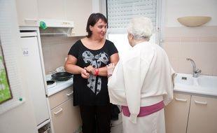 Bordeaux, rue Fondaudege, 11 septembre 2011. - Laetitia, auxiliaire de vie pour Denise, 91 ans. - Photo : Sebastien Ortola